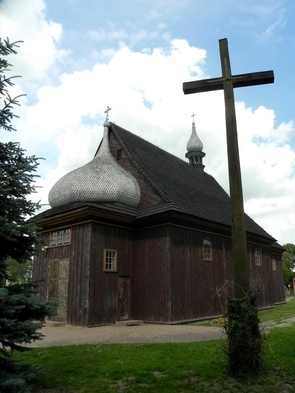 Plecka Dąbrowa. Stary kościół zdobią… cebulaste kopuły