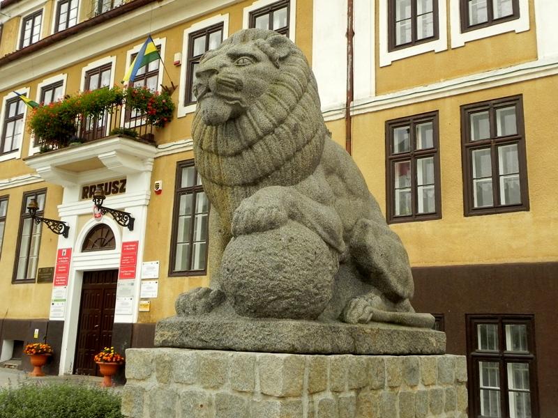 Olsztynek. Posąg lwa przed ratuszem