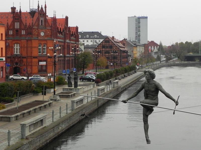 Bydgoszcz. Linoskoczek przechodzi przez rzekę