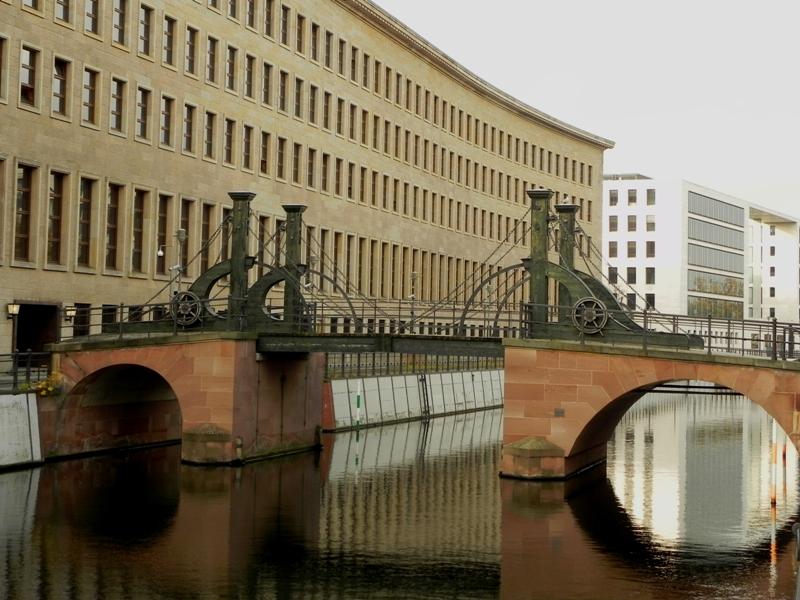 Berlin. Most Dziewic to most zakochanych