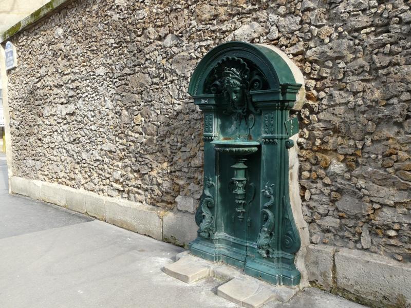 Paryż. Źródlana woda na ulicach miasta