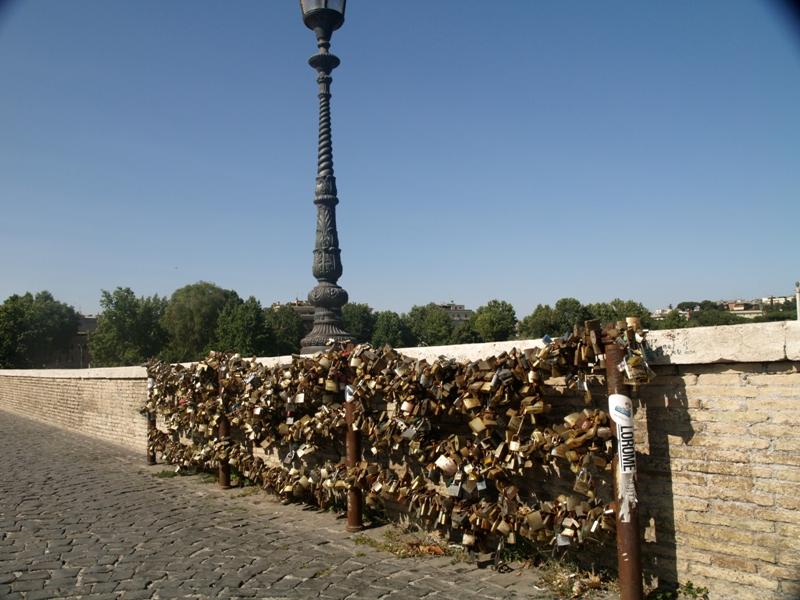 Rzym. Nie ma już kłódek na moście Milvio