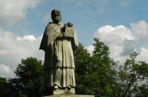 Sandomierz Kronikarz stoi na skarpie pod katedrą