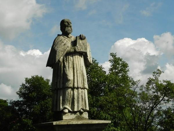 Sandomierz. Kronikarz stoi na skarpie pod katedrą