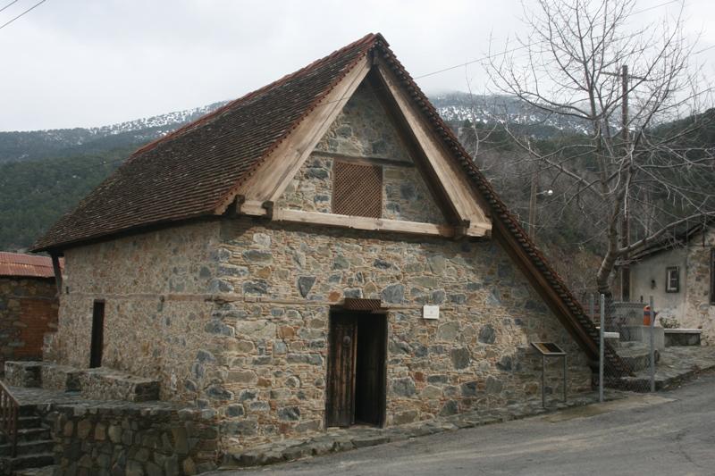 Pedhoulas . Górski kościół jak… stodoła