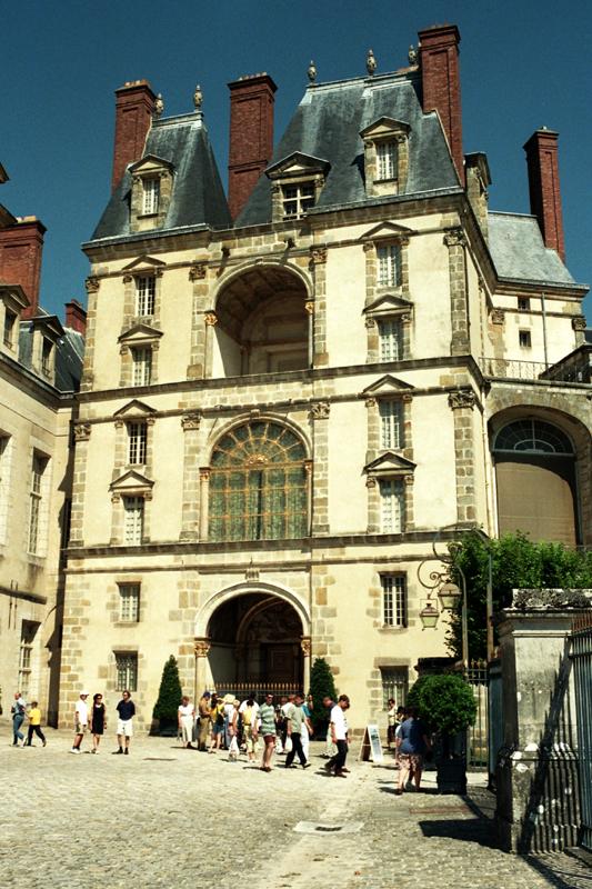 Fontainebleau. Na schodach monarszego pałacu
