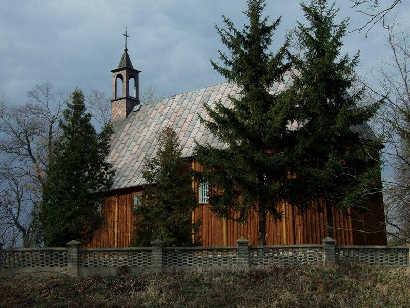 Rębowo. Halabardnicy w drewnianym kościele