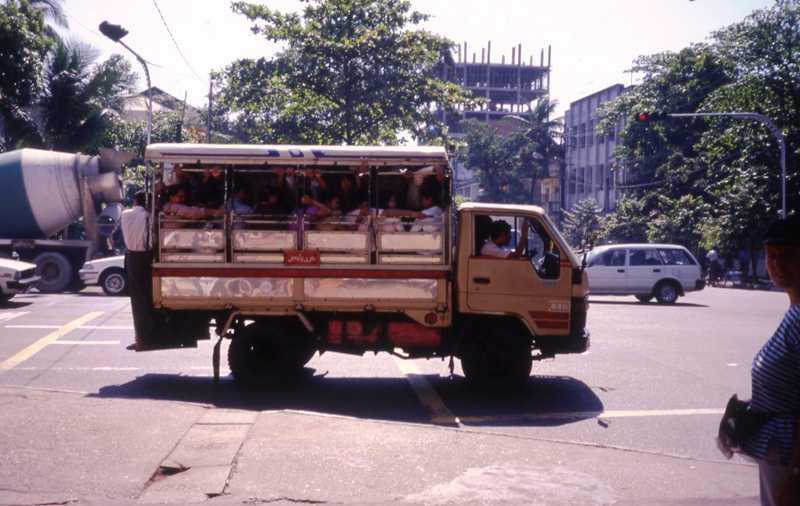Rangun Lekcja buddyzmu w… autobusie