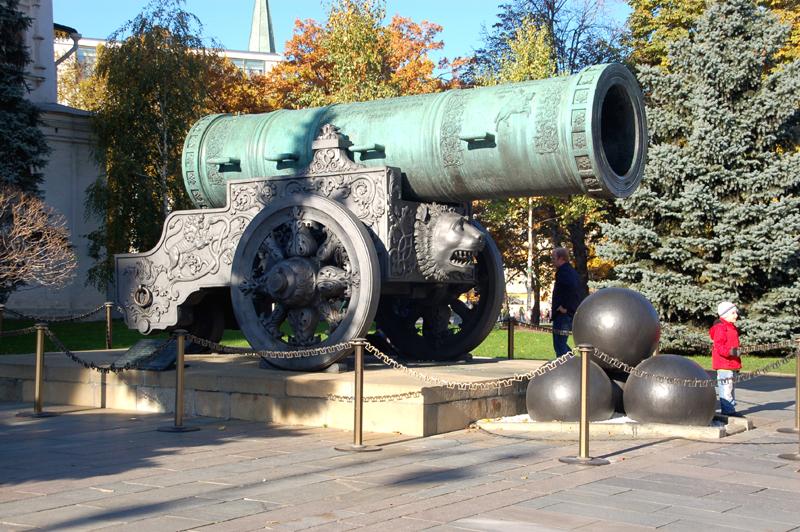 Moskwa. Carskie berła i korony na Kremlu