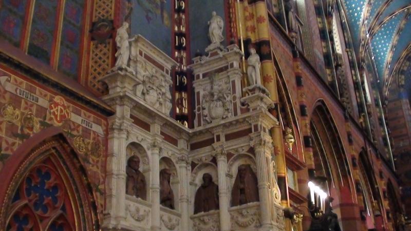 Kraków. We wnętrzu bazyliki Mariackiej