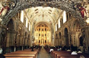 Oaxaca  de Juárez W  złotym wnętrzu kościoła dominikanów
