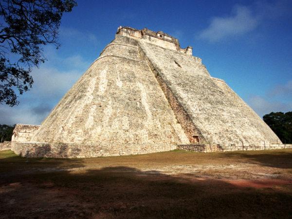 Uxmal. Iguany u stóp Piramidy Wróżbity