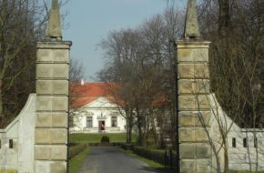 Obory Co widać przez otwartą bramę pałacu