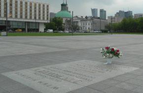 Warszawa Papieskie pamiątki na Placu Piłsudskiego