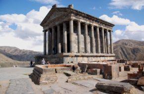 Garni Świątynia boga Mitry nad urwiskiem