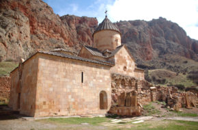 Noravank Klasztor wśród pomarańczowych skał
