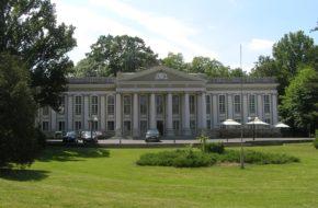 Wolsztyn Pałac w parku nad jeziorem