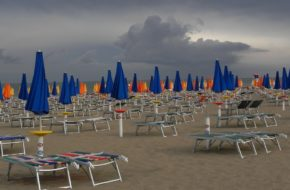 Lignano 18 tysięcy parasoli na plaży
