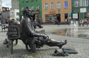 Kościerzyna Remus przysiadł na rynku przy fontannie