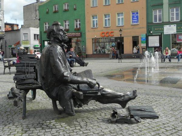 Kościerzyna. Remus przysiadł na rynku przy fontannie