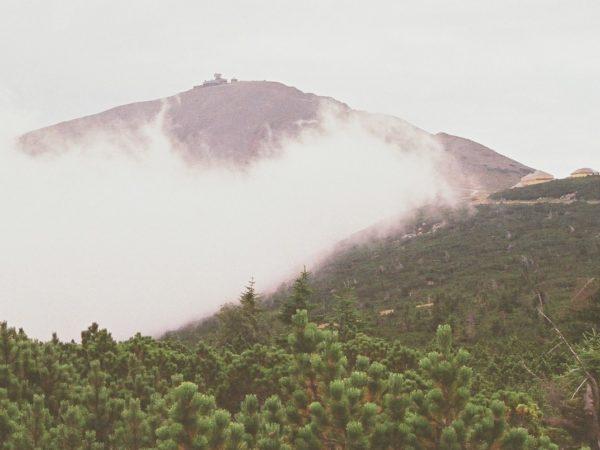 Śnieżka. Z Karpacza, w wichrze i mgle