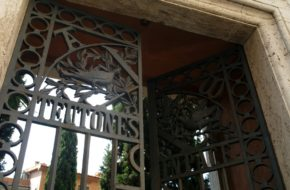 Watykan Cmentarz niemiecki w cieniu bazyliki