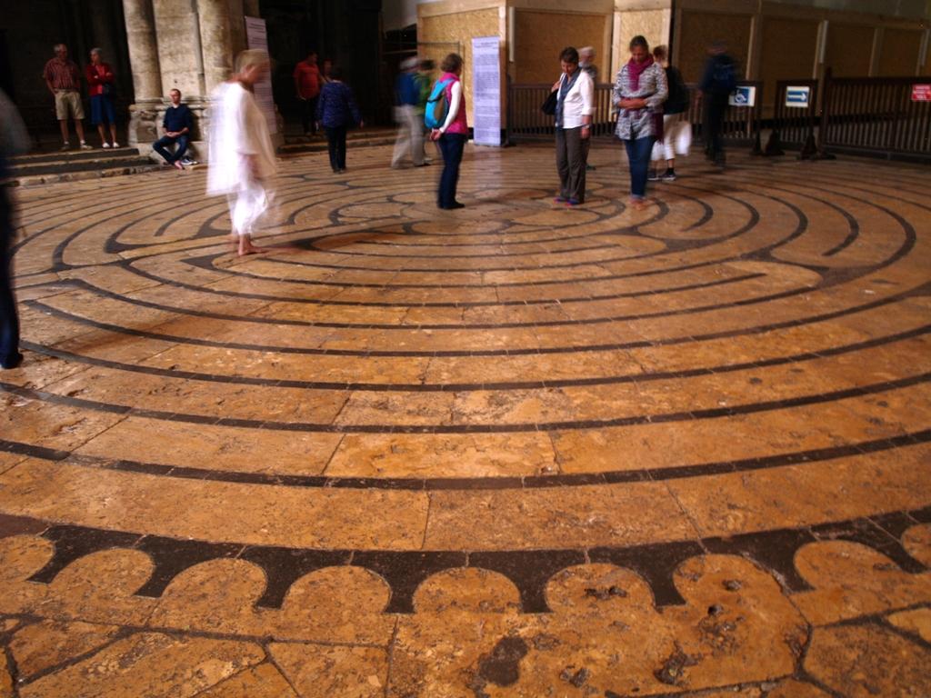 Chartres. Labirynt i zakazane tańce wielkanocne