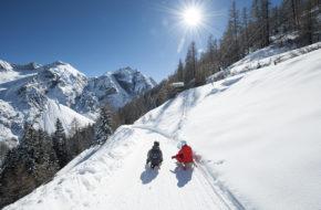 Stubai Sanki w alpejskiej dolinie