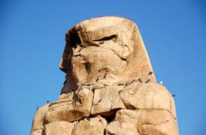 Luksor Kolosy Memnona oglądać trzeba z rana