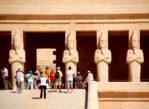 Luksor. Kolosy Memnona oglądać trzeba z rana