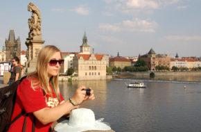 Praga Tłumy turystów w sierpniowym skwarze