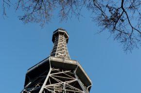 Praga Stalowa wieża na wzgórzu Petřín