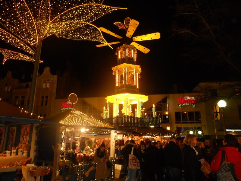 Wiesbaden. Wrzawa i iluminacje na jarmarku