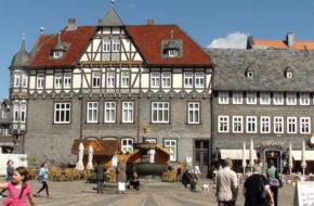 Goslar Pełno zabytków wokół rynku