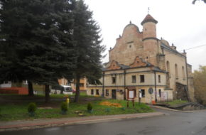 Lesko Synagoga w strugach deszczu?