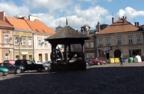 Jarosław Ratusz i studnia na zabytkowym rynku
