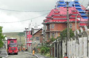 Huedin Cygańskie pałace rzędem przy drodze