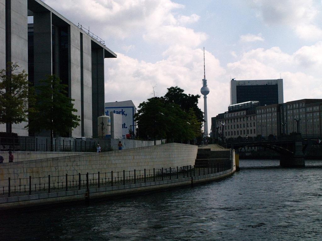 Berlin. Spojrzenie na miasto od strony wody