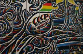 Berlin East Side Gallery: malowany Mur Berliński
