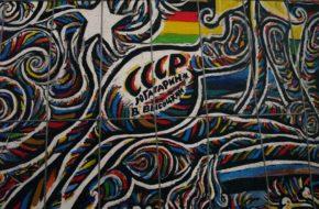 Berlin East Side Gallery: malowany Mur Berliński