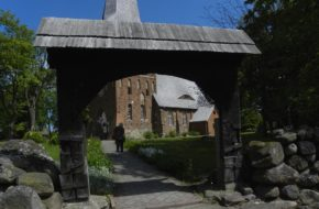 Iwięcino Trzy bramy wiodły do kościoła