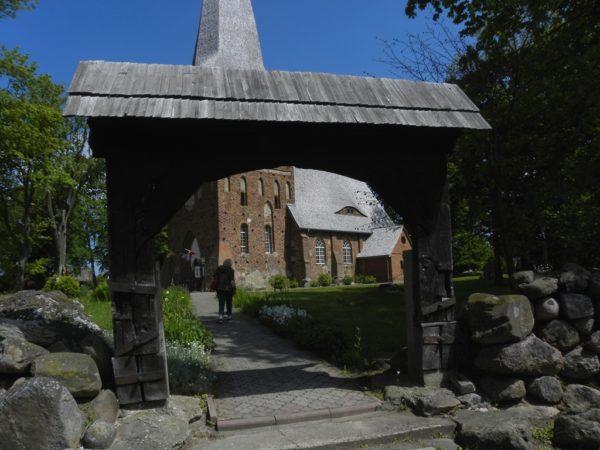 Iwięcino. Trzy bramy wiodły do kościoła