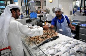 Szardża Bazary i meczety; pustki na targu rybnym