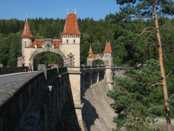 Les Království. Zapora wodna jak zamek z bajki
