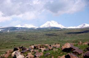 Aragac Na zboczach wulkanicznego masywu