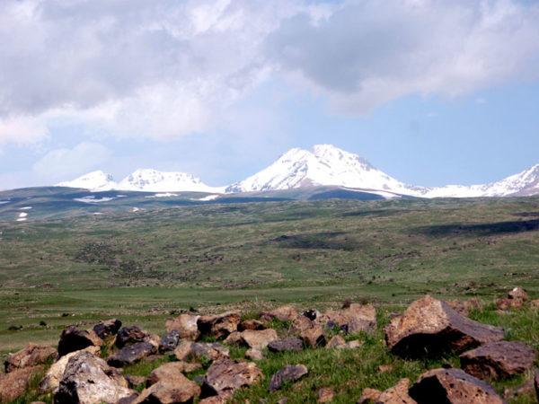 Aragac. Na zboczach wulkanicznego masywu