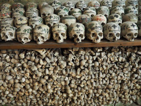 Hallstatt. Kwiaty na czaszkach, jak na nagrobkach…