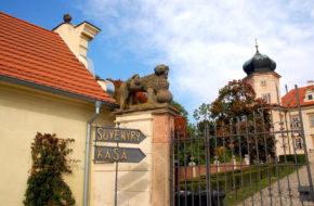 Mnišek Pałac w podpraskim miasteczku