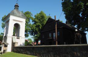 Wodynie Drewniany kościółek w mazowieckiej wsi