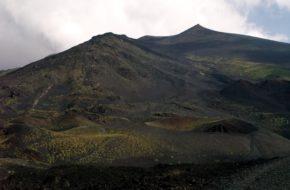 Etna Turyści i narciarze na czynnym wulkanie
